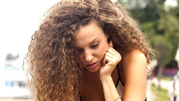 ترطيب الشعر الخشن المجعد وأفضل الوصفات وطرق العناية به