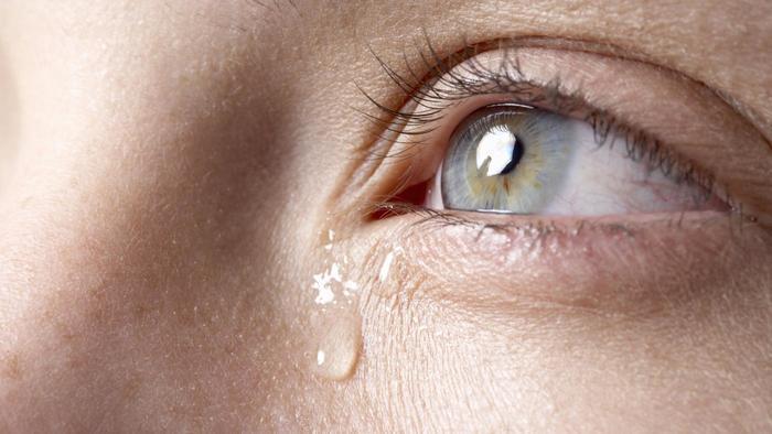 اسباب دموع العين المستمرة وافضل الطرق لعلاجها ونصائح لتجنب تدميع العين