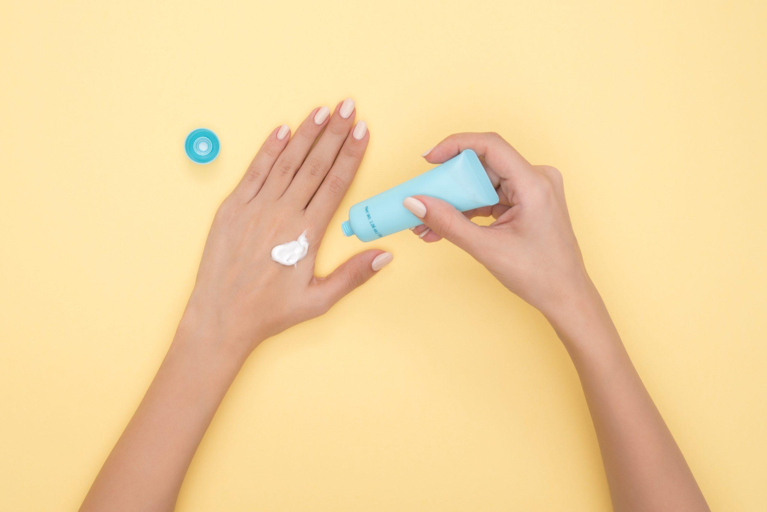 علاج جفاف وتشقق اليدين في الشتاء بالطرق الطبيعية وافضل الكريمات المرطبة