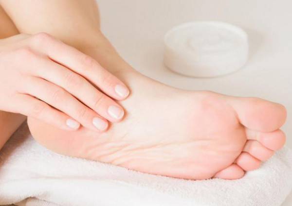 علاج تشققات كعب القدمين و افضل الطرق المنزليه لعلاجها