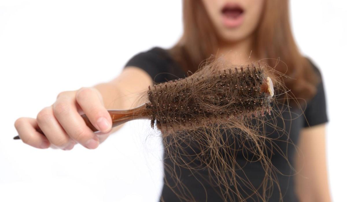 اسباب تساقط الشعر عديدة ابرزها سوء التغذية ونقص الفيتامينات بالجسم