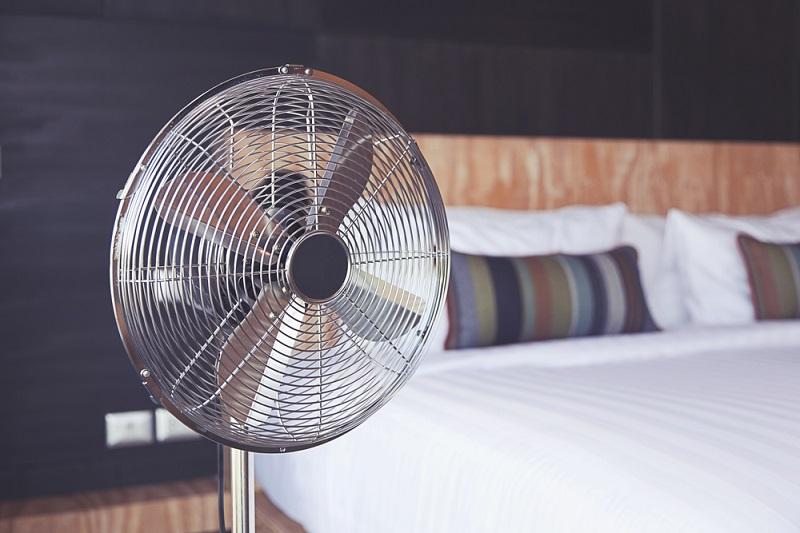 اضرار النوم امام المروحة اثناء فصل الصيف اهمها التهاب الجيوب الانفية