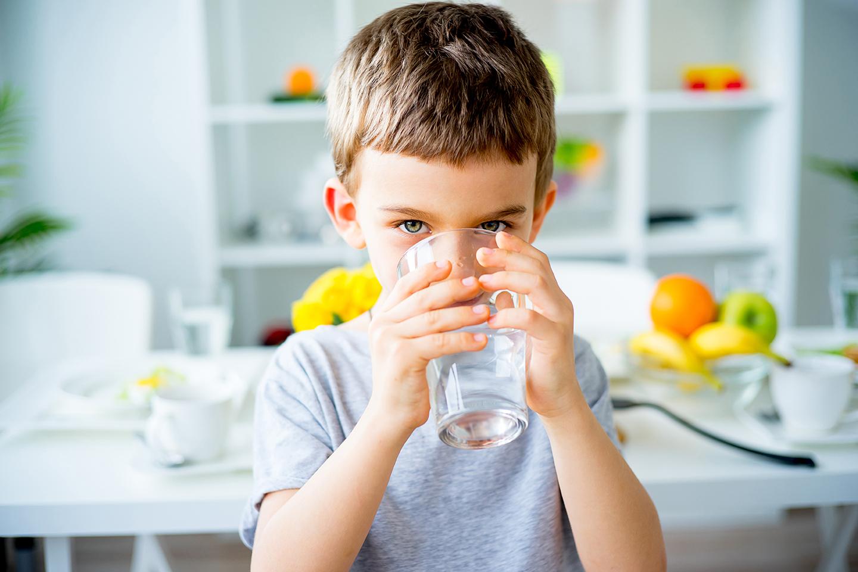 فوائد شرب الماء للاطفال واثر فوائدها علي صحة الاطفال واضرارها
